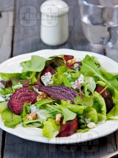 Микс салата с червено цвекло, синьо сирене и орехи - снимка на рецептата